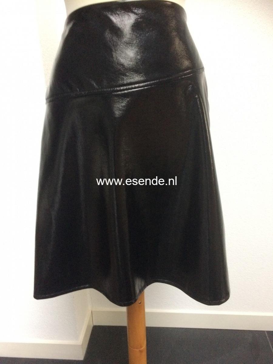 Zwart  lakleren iets gerende  rok.
