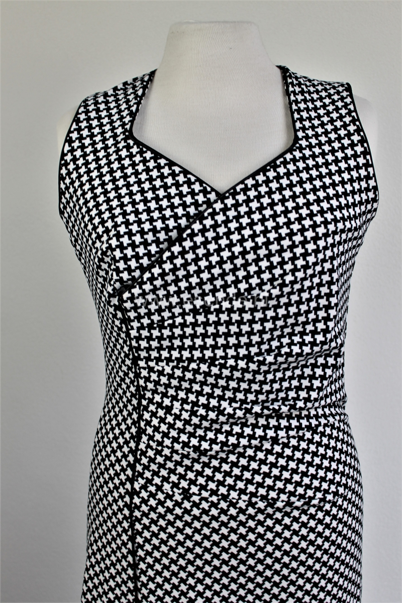 A symmetrische jurk van pied de poule tricot